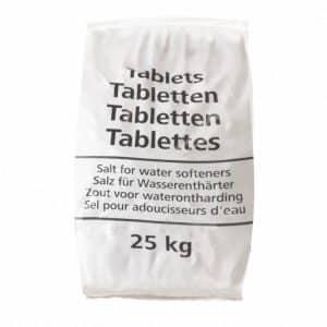 Een witte zak met 25 kilo aan zouttabletten voor water ontharders