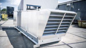 Een gerevisioneerde, blinkende luchtbehandelingskast in een industriële omgeving