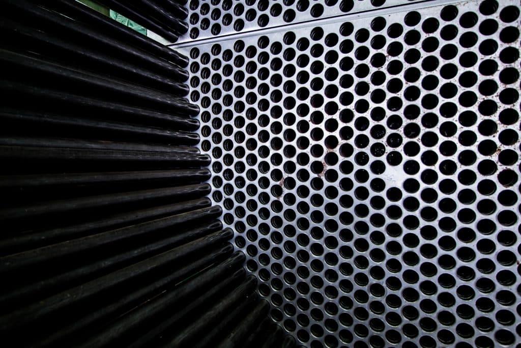 De binnenkant van een grote industriële warmtewisselaar