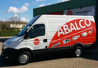 Een wit met rode bus van Abalco voor hun industriële pand