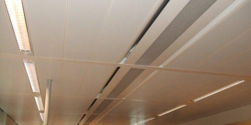 Het plafond van een kantoor met daarin inductie units verwerkt