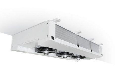 Een wit plafond met daaraan een groep van 3 verdampers