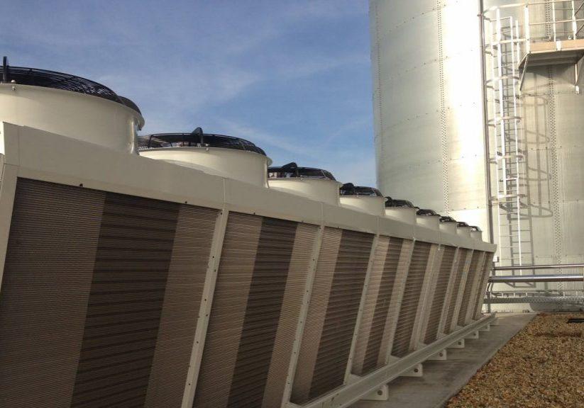 Een rij van condensors, geplaatst boven op een dak met daarnaast een silo