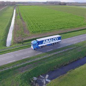 Een Ablaco vrachtwagen vanuit de lucht rijdend op een provinciale weg