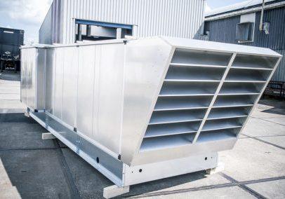 Een gerevisioneerde (revisie), blinkende luchtbehandelingskast in een industriële omgeving