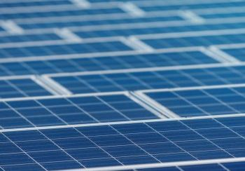 Een grote rij met zonnepanelen